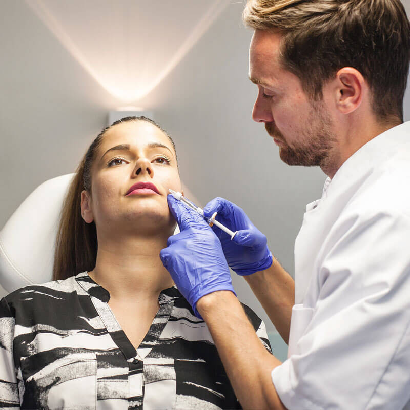 afhangende mondhoeken botox en mondhoekplooi fillers